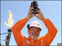 President Lula holds aloft the first oil extracted in a test drilling on 2 Sep