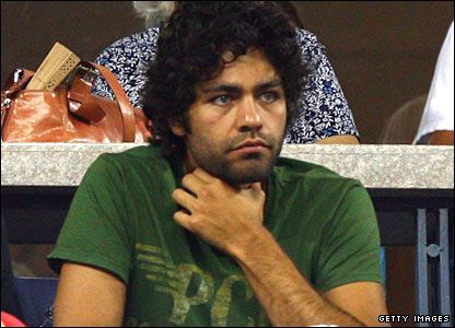 Actor Adrian Grenier watches Andy Murray take on Stanislas Wawrinka