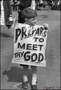 Niño sostiene pancarta