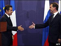 Dimitri Medvedev (dcha) y Nicolas Sarkozy