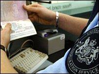 На пункте паспортного контроля