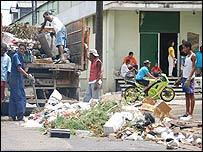 Brigada de limpieza en Cuba. Foto Raquel Pérez.
