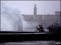 Grandes olas en el malecón habanero