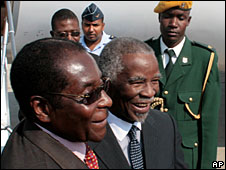 South African President Thabo Mbeki (centre) and Zimbabwean President Robert Mugabe (l) in Harare, 8 September 2008