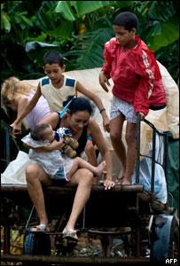 Cubanos evacuados por el paso del huracán Ike