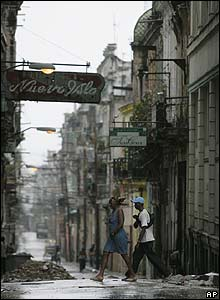 Residents walk down a street after heavy rains in Havana (09/09/08)