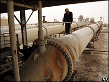 Worker at Zubair Moshrif oil field in Iraq (3 July 2008)