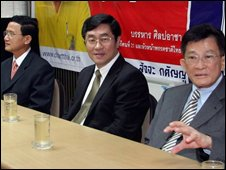 Thai deputy PM and finance minister Surapong Suebwonglee (C) sits next to deputy PM Somchai Wongsawat (L) and justice minister Sompong Amornwiwat (R) during a meeting in Bangkok on 10 September 2008