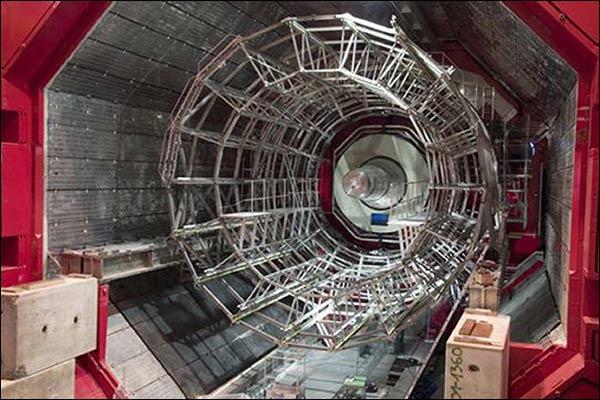"""جانب من جهاز """"صادم الهدرون الكبير"""" المعروف اختصارا بـ (LHC)"""