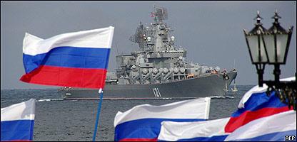 Rusos dan la bienvenida al buque Moskva tras participar en la operación militar en Georgia.
