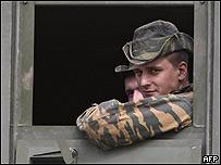 Soldado ruso en un puesto de control ubicado a 7 kilómetros al noroeste de Gori