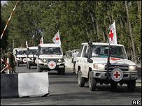 Automóviles de la Cruz Roja pasan por puntos de control rusos en la población georgiana de Gori
