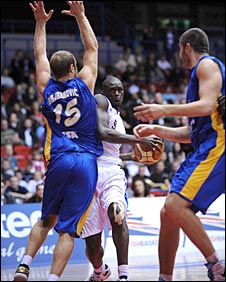 Luol Deng drives to the basket (picture courtesy of Mansoor Ahmed)