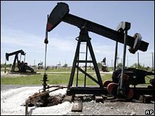 Oil derrick in Texas (file)