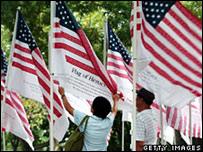 أعلام أمريكية كتبت عليها أسماء ضحايا البرجين