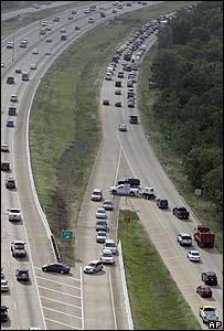 Residentes abandonan el sur de Texas en auto