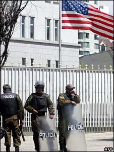 Bolivian police stand guard outside the US embassy in La Paz on 11 September 2008