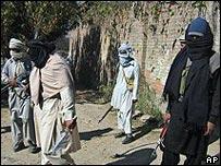 Militantes enmascarados cerca de la frontera con Afganistán