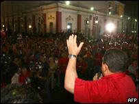 Hugo Chávez el 11 de septiembre hablando a sus seguidores frente al palacio de Miraflores