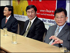 Finance Minister Surapong Suebwonglee (C) sits next to deputy PM Somchai Wongsawat (L) and Justice Minister Sompong Amornwiwat (R) on 10 September 2008