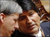 Evo Morales (dcha.) habla con el vicepresidente boliviano, Álvaro Garcia