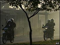 Policías bolivianos en patrullaje.