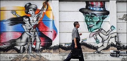 Venezolano pasa frente a un grafitti sobre VenEzuela y EE.UU.