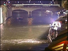 Scene of Saturday's night boat accident in Paris