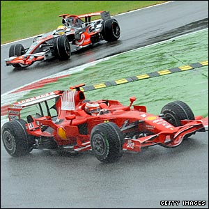 Lewis Hamilton tries to catch Kimi Raikkonen