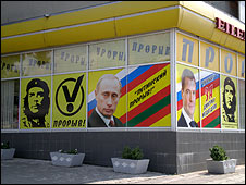 Posters of Che Guevara in Tiraspol, next to those of Vladimir Putin and Dmitri Medvedev