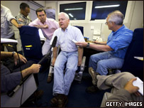 جيتس يتحدث مع الصحفيين في الطائرة