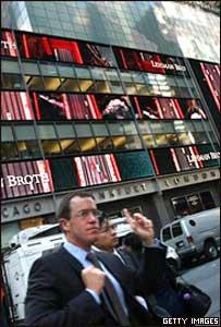 Transeúntes frente a la sede de Lehman Brothers en Nueva York