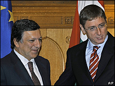 Hungarian Prime Minister Ferenc Gyurcsany (right) welcomes European Commission president Jose Manuel Barroso, 15 Sep 08