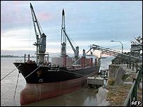 Barco carga trigo en el puerto de Rosario, Argentina