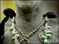 Amuletos de un hincha en un partido de fútbol