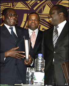 Robert Mugabe (l) and Morgan Tsvangirai (r) after signing a power-sharing deal in Harare, 15 September 2008