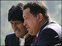 Evo Morales (izq.) y Hugo Chávez durante la cumbre de Unasur en Chile