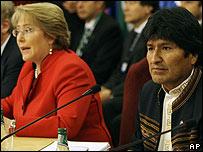 Evo Morales (der.) asiste a la cumbre de Unasur presidida por Michelle Bachelet (izq.)
