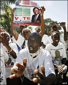Opposition MDC supporters celebrate Zimbabwe's power-sharing deal in Harare, 15 September 2008