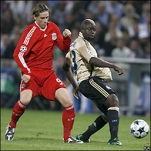 Fernando Torres closes down Marseille's Modeste M'Bami