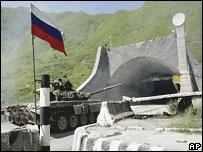 Российская бронетехника входит в Рокский туннель со стороны Южной Осетии (снимок 24 августа)