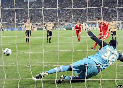 Gerrard makes it 2-1 in the 32nd minute