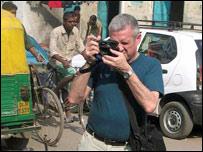 Panta Astiazarán haciendo fotos en la India.