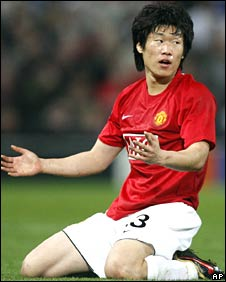 Man Utd's Ji-Sung Park is frustrated as penalty claims are rejected