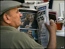 Israeli reads about Livni victory in newspaper