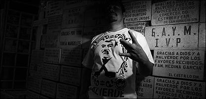 Hombre con una franela con la imagen de Malverde. (Foto: Watchavato)