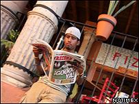 Joven leyendo un peri�dico (Foto: Notimex)
