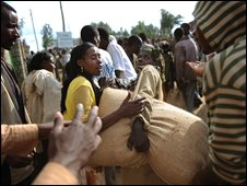 Residents carry bags of grain in the Ethiopian town of Boricha, file image