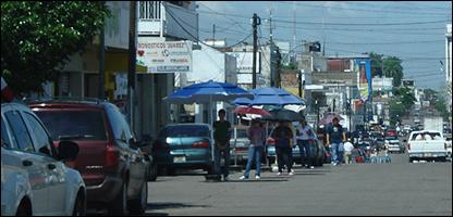 Vendedores de dólares en la calle Benito Juárez de Culiacán. Foto Juan Carlos Pérez S.
