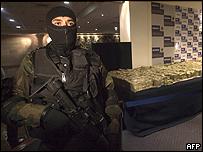 Militar vigila dólares decomisados en Culiacán